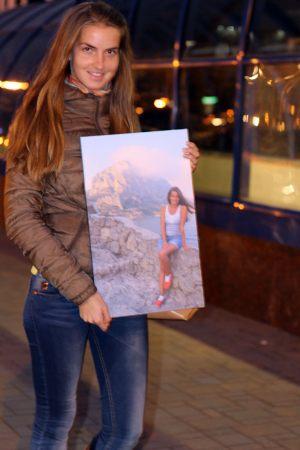 Девушка на море картина